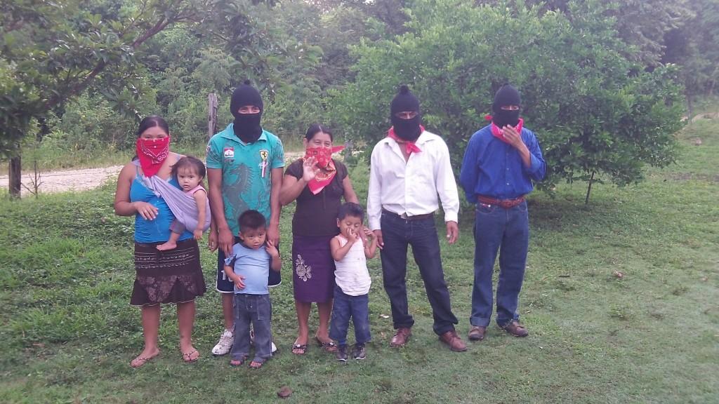 Familia anfitriona de la Escuelita Zapatista con Guardian